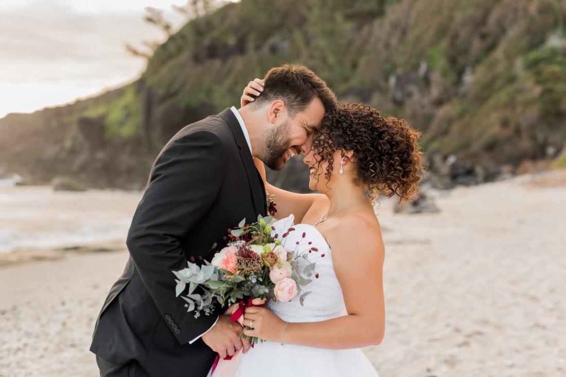 Un couple amoureux lors de leur mariage sur la plage de grande anse