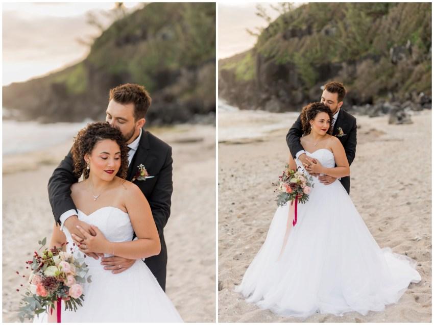 Un couple amoureux lors de leur mariage sur la plage de grande anse à la Réunion par la photographe Fanny Tiara