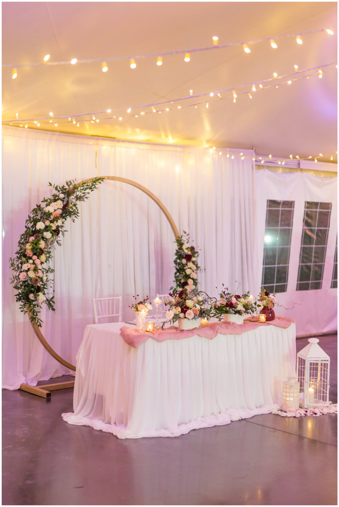 Décoration de mariage au domaine des mille cocos rose poudré, doré et marsala par pom event