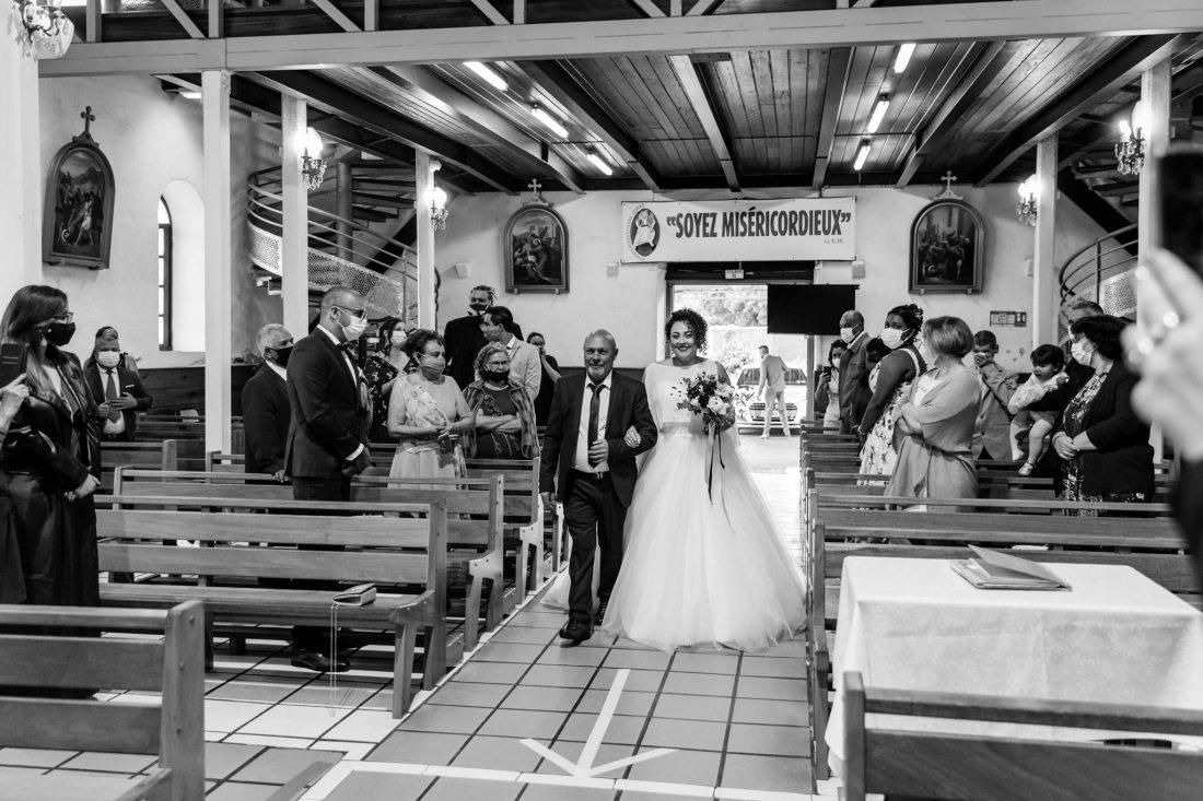 Entrée de la mariée au bras de son papa dans l'Eglise de Mont vert