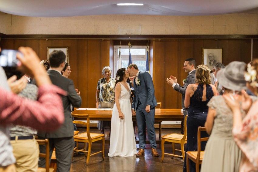 Un couple de marié qui s'embrasse à la mairie de saint paul de la Réunion