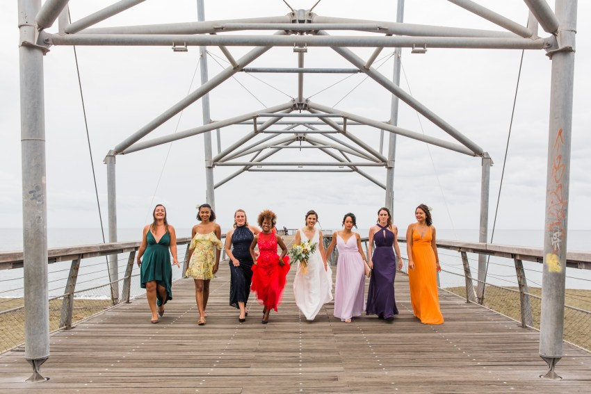 Photo de groupe fun lors d'un mariage écoresponsable sur le débarcadère de Saint Paul de la Réunion