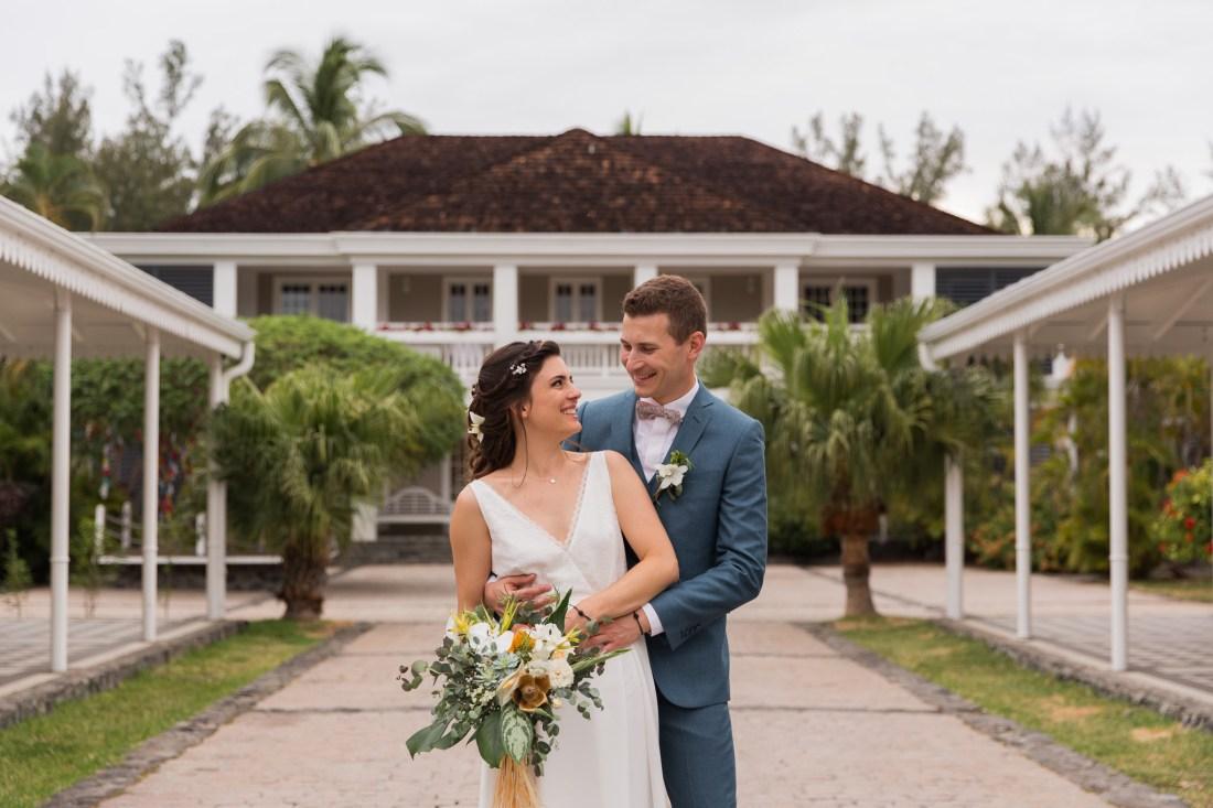 Photo de couple lors d'un mariage écoresponsable et tropical au Lux de Saint-Gilles de la Réunion