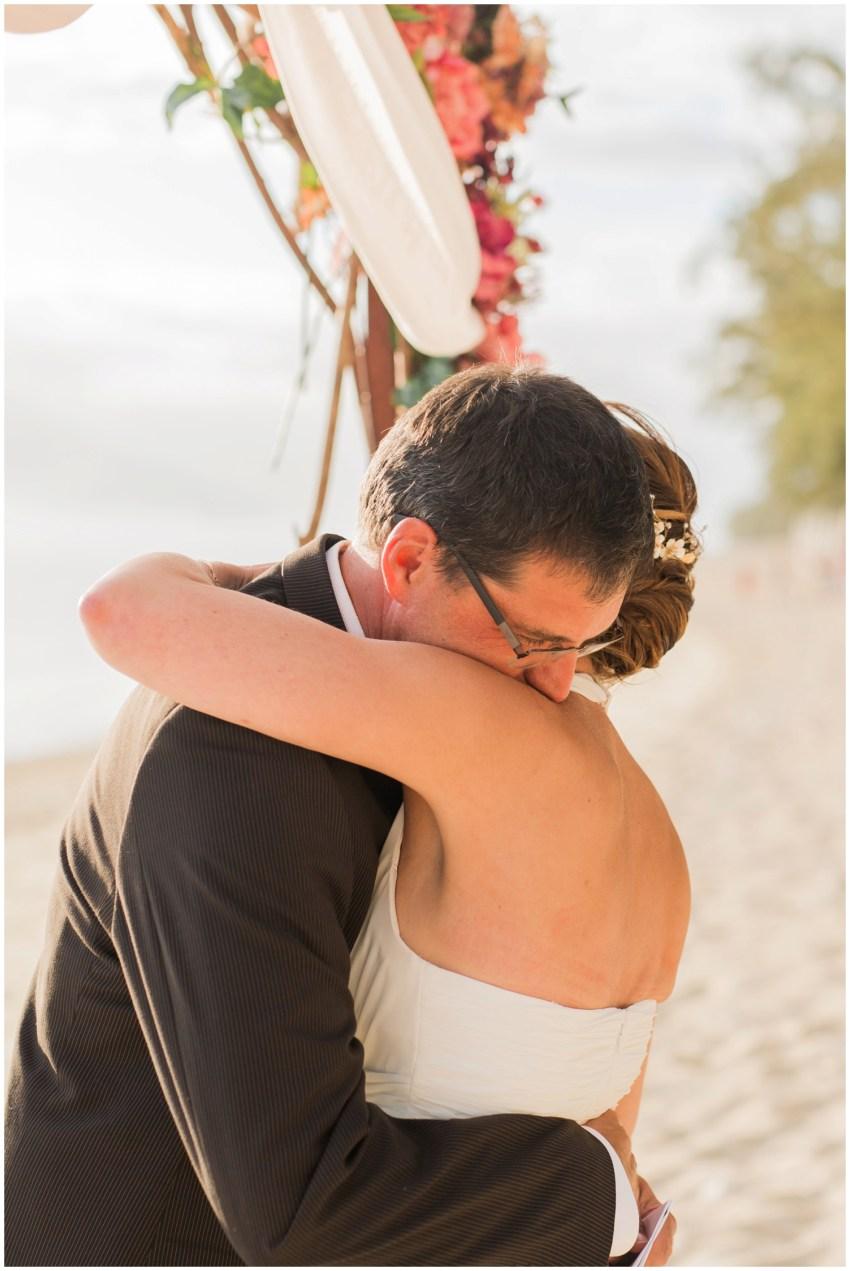 Un couple qui s'enlace lors de leur renouvellement de voeux de mariage