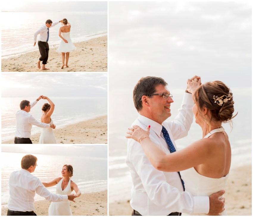 Un couple qui danse sur la plage lors de leur renouvellement de voeux de mariage