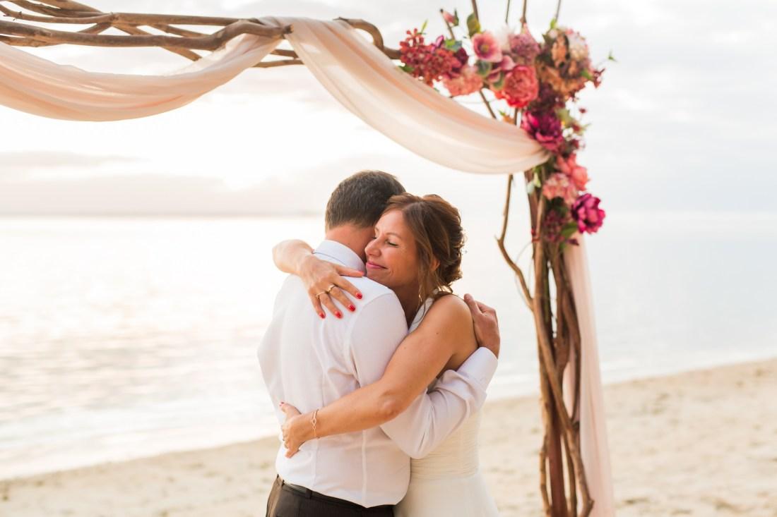 Un couple amoureux sur la plage lors de leur cérémonie de renouvellement de voeux de mariage
