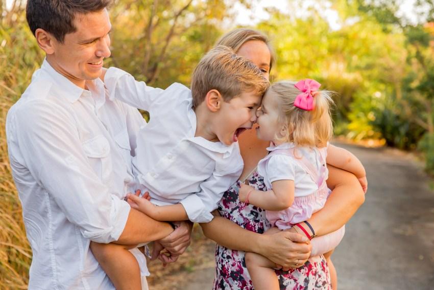 Des enfants qui s'amusent lors d'une séance photo famille à sainte-marie de la Réunion