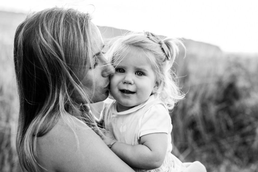 Portrait d'une mère et sa fille en noir et blanc lors d'une séance par une photographe de famille à la Réunion
