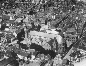 O.L. Vrouwekerk met stokstraatkwartier 1930 luchtfoto