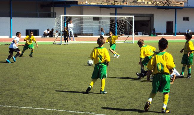 Unos 200 niños participan en la concentración de fútbol prebenjamín de Antigua