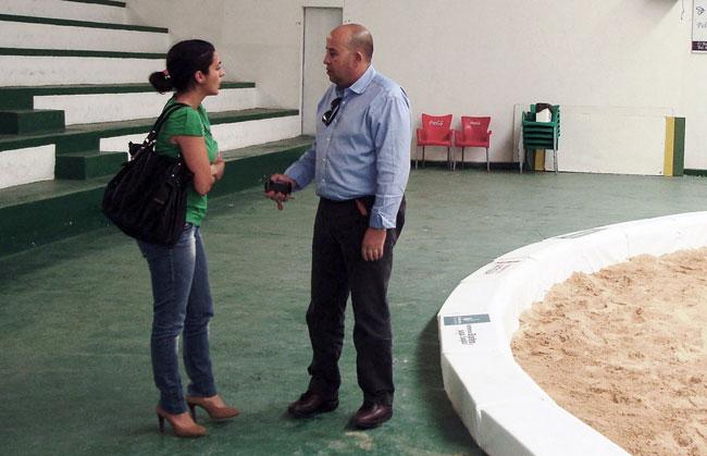El Cabildo instala un nuevo borde acolchado en el terrero de lucha de Antigua
