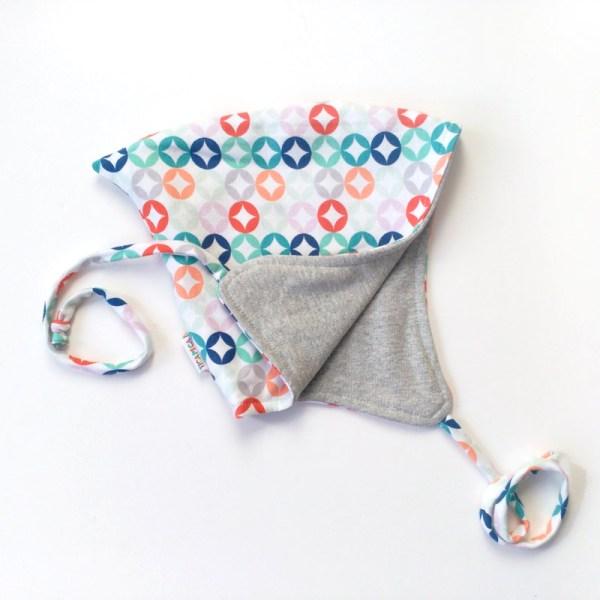 Gorrito para bebé con estampado geométrico en colores sobre blanco
