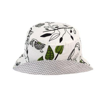 Gorro reversible de estampado de pájaros en blanco, negro y verde. Ideal para el verano, protege del sol a niños y bebés.