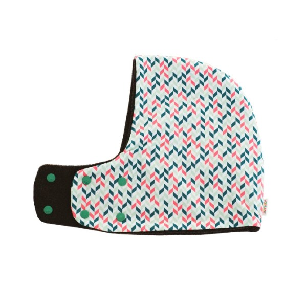 Gorro bufanda de estampado geométrico en fucsia y verde sobre blanco