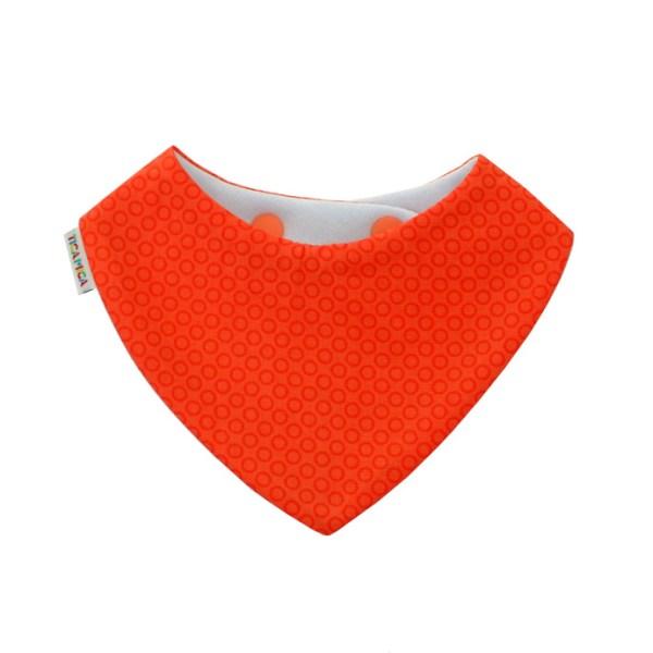 Babero tipo bandana en color coral. Quita-babas absorbente.