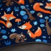 Gorro infantil de invierno con estampado de zorros y ardillas en azul marino.