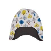Gorro infantil de invierno con estampado de mapaches y arboles del bosque en blanco, azul, gris y amarillo. Ideal para proteger cabeza y orejas del frío.