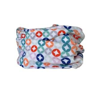Cuello de entretiempo con estampado geométrico de colores sobre blanco