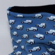 Cuello polar tipo braga con estampado de coches en azul. Protege del frío a tus hijos en invierno.