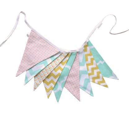 Guirnalda decorativa de tela en colores suaves