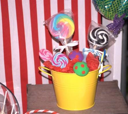 Mushroom and lollipop bucket party table
