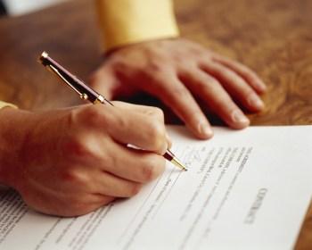 Vad ska du tänka på när du skriver avtal med ett förlag? Författarförbundets jurist ger viktiga tips.