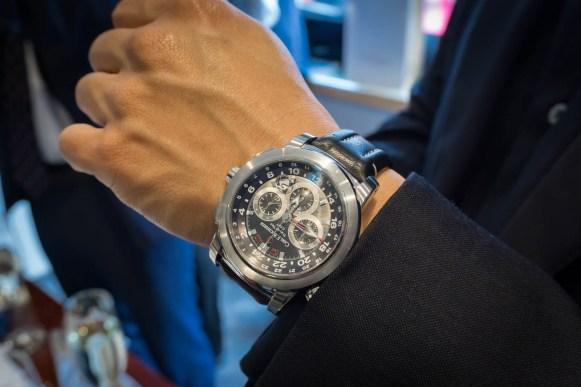 Patravi Traveltec på håndleddet til en fornøyd kunde.
