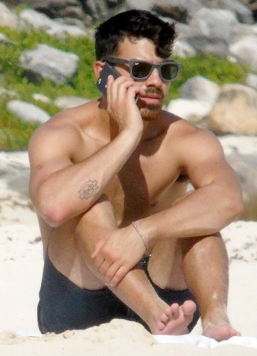 Joe-Jonas-Sighting-in-Cancun-141208-04