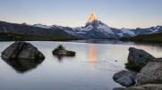 Die Morgensonne beleuchtet die Spitze des Matterhorns