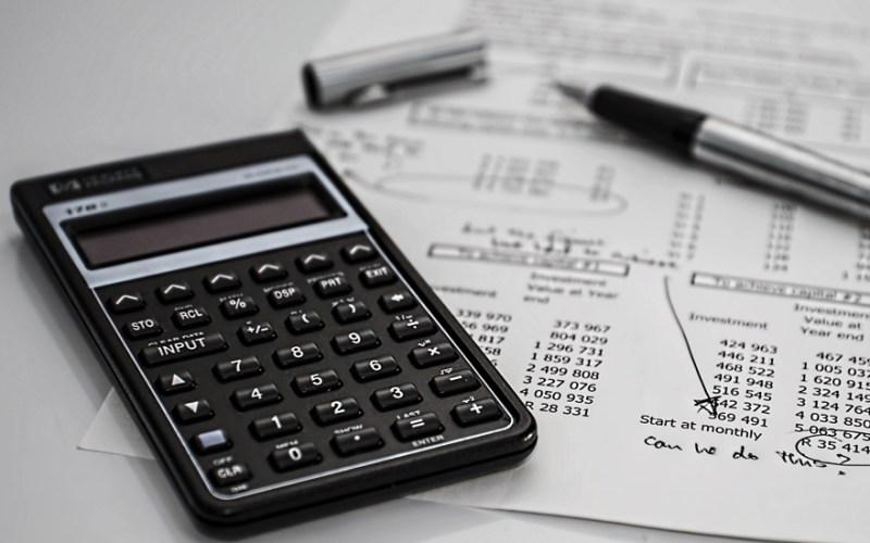 Una calculadora encima de unos papeles