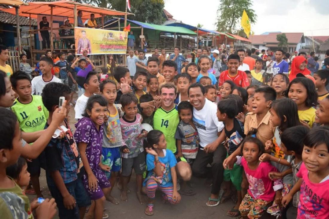 Santi durante el partido de futbol en Sumbawa, Indonesia, Sudeste Asiatico