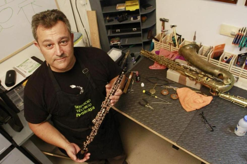 Ángel Martínez sosteniendo un oboe en su taller en Musicasa.