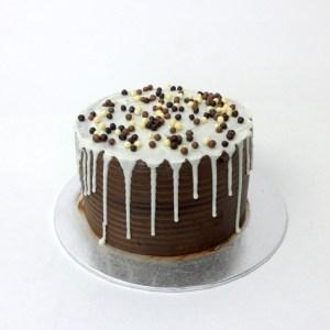 Pastel de 3 chocolates con drip cake de chocolate blanco
