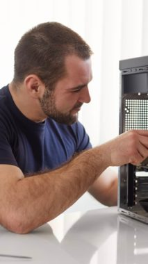 Técnico reparando torre de un PC