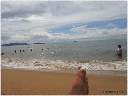 Tắm biển ở bãi tắm nho nhỏ trên đảo Nghi Sơn