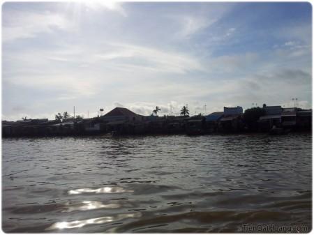 Cảnh nhà ven sông, ven phà ở phía bờ huyện Cần Giờ