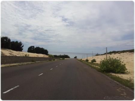 Đường vào Đầm Môn: thông xanh, đồi cát và biển.
