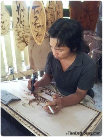 """Người nghệ sỹ đang sử dụng """"bút lửa"""" để vẽ lên kiệt tác của mình."""