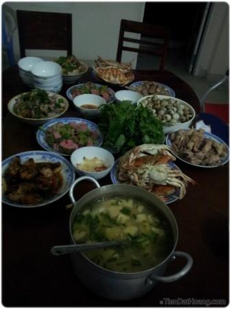 """Bữa """"yến tiệc cây nhà lá vườn"""" trị giá 900k, 10 người ăn mà còn thừa rất nhiều."""