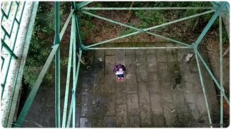 Cô gái lẻ loi trong cơn mưa vì sợ độ cao.