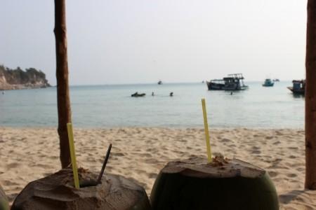 Từ một quán nước duy nhất nhìn ra bãi biển.