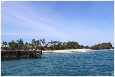 Nước biển xanh lam - nhìn từ phía cầu cảng của đảo bé.