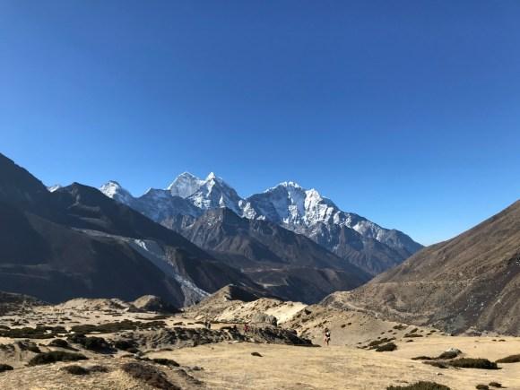 Trên 4000m, không một bóng cây, chỉ có đá và cát bụi, thỉnh thoảng băng tuyết.