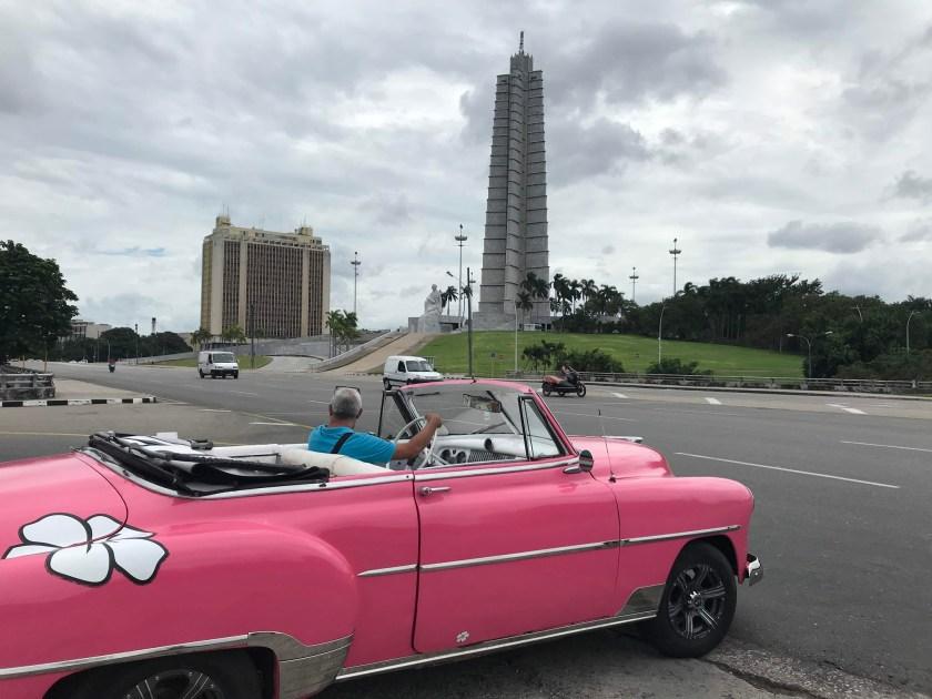José Martí Memorial và chiếc xe cổ - đặc sản của Cuba.