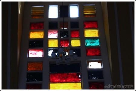 Ô cửa kính nhiều màu sắc ở Ga Đà Lạt.