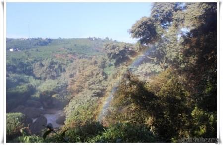 Cầu vồng thiên tạo chỉ với thác nước và ánh nắng.