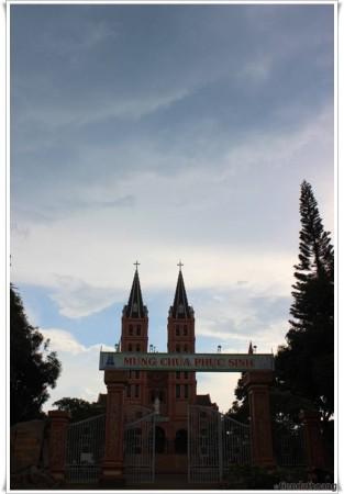 Nhà thờ Buôn Hồ - điểm sáng hiểm hoi ở đây.