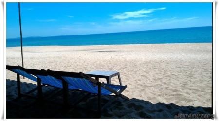 Bãi biển Tuy Hòa vào giữa trưa nắng.