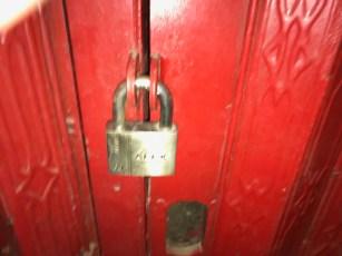 Cửa sasct và ổ khóa ngoài giam cầm HT Quảng độ bên trong