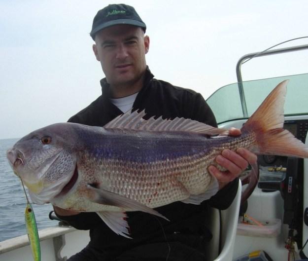 Angler Toni hat einen kapitalen Fisch mit dem Pilker gefangen.